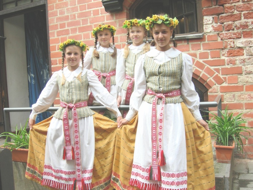 Traditional_Lithuanian_dress